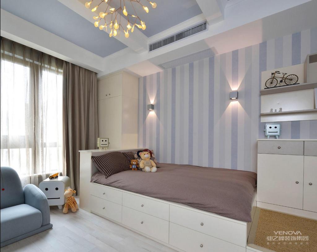 本案为三房两厅一卫一厨的多层住宅.室内使用面积为108. 环境优美,为一三口之家为依据进行设计,突出温馨且不失时尚之感。以简约的设计风格为主调,全面考虑,在总体布局方面,尽量满足三口之家生活上的需求,营造一个温馨,健康的现代家庭环境.环境室内设计区别于简单的装饰设计就在于环境艺术设计是从全局出发,而不仅仅着眼某一点或某一个墙面的装饰.利求达到统一中带有变化,和谐中产生对比的要求。  首先在功能方面,要充分满足业主的生活要求,客厅是交友娱乐中心,墙面采用高级壁纸饰面,既大方又有气派,形成一个具有特色的小品。