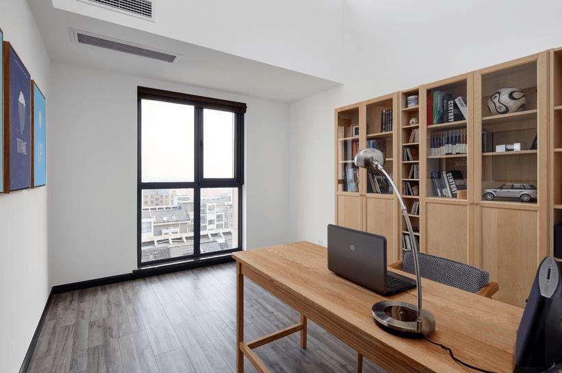 纯白的墙面,黑色的门,灰色的家居,原木色的家具,构成了室内的主色调。 简单不失格调,素雅不乏温馨。