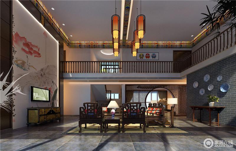 客厅色彩以深色沉稳为主,因中式家具色彩的深沉,协调出空间的东方古韵;再配以红色或黄色的靠垫、坐垫来搭配中式座椅,烘托古典东方的内涵。而高挑的结构因为中式吊让空间多了亮丽。