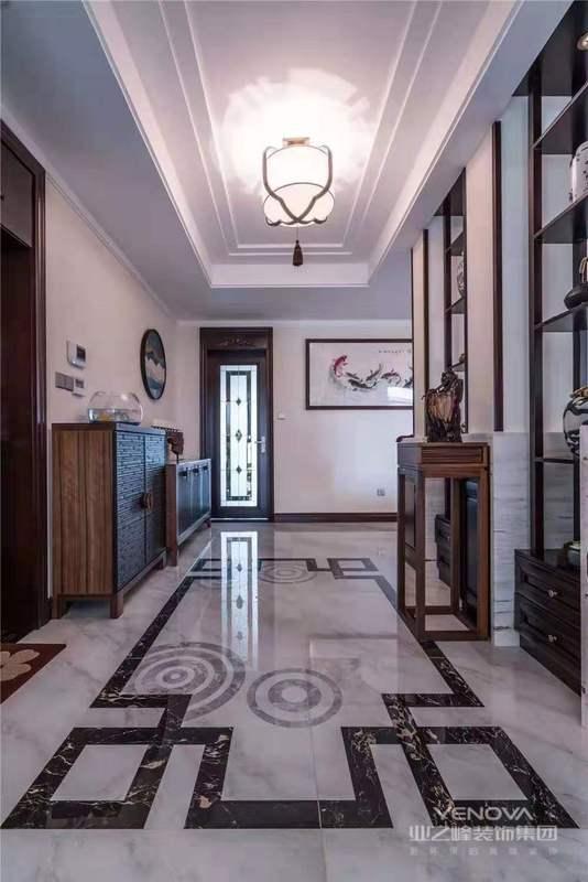 中式风格是一种以宫廷建筑为代表的中国古典建筑的室内装饰设计艺术风格,气势恢弘、壮丽华贵、高空间、大进深、金碧辉煌、雕梁画柱造型讲究对称,色彩讲究对比,装饰材料以木材为主,图案多龙、凤、龟、狮等,精雕细琢、瑰丽奇巧。但中式风格的装修造价较高,且缺乏现代气息,只能在家居中点缀使用。