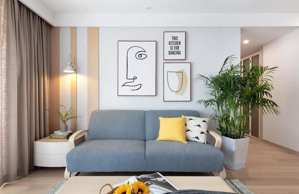 浅灰色布艺沙发带来简洁优雅的感觉,柠檬黄抱枕为空间注入一份活力。背景墙简约留白的基底下,融入温润木质的线条,纯净而悠然。