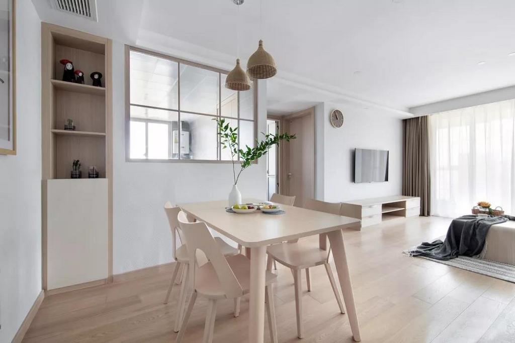 客餐厅通铺木质地板,自然原始的木纹理,温暖而舒适。整体原木与白的搭配,带来清新明亮的视觉感受。