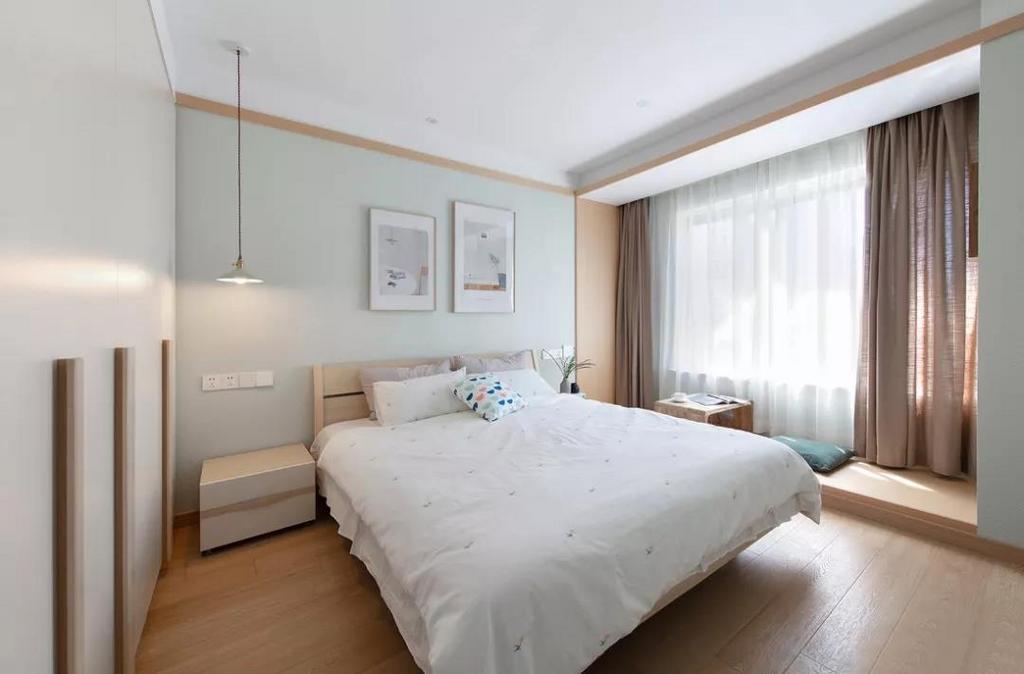 主卧以纯净的白色为基调,地面通铺木质地板,整体温暖而和煦。
