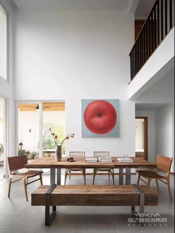 新中式风格的设计理念也体现出了功能性的设计,新中式风格的家具大多数采用实木型对材料,能够满足整体实用的功能性。比如镂空的屏风设计,既体现其视觉上的美感,又具有实用性。