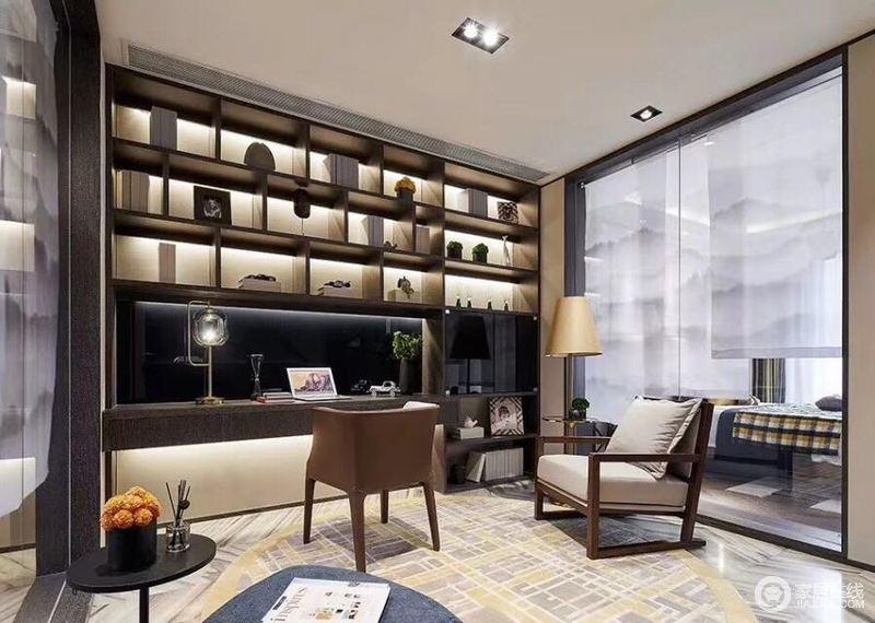 二楼的休闲室毗邻着卧室,设计师为了制造空间上的通透感,两侧对称墙面均使用大面积的玻璃墙分隔,使空间具有极强的舒朗开阔感;书架占满整面墙体,多功能设计带来休闲与实用性。