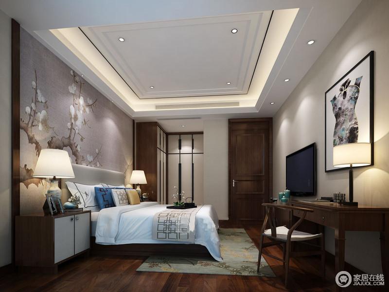 卧室冬日梅花俏枝丫的素色背景墙描绘着传统画艺精髓,中式实木家具轻简的设计更富清隽;设计师在追寻美观的同时,合理地规划结构,加重功能性;白色床品附带回字纹靠垫,与绿色地毯点缀出别趣。