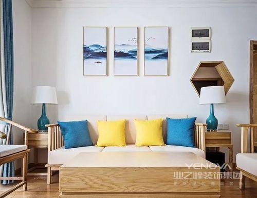 采用传统形式的圈椅和改良版罗汉床榻,点缀很年青的青蓝色和鹅黄色,体现整体富有文华底蕴却不老成的感觉。