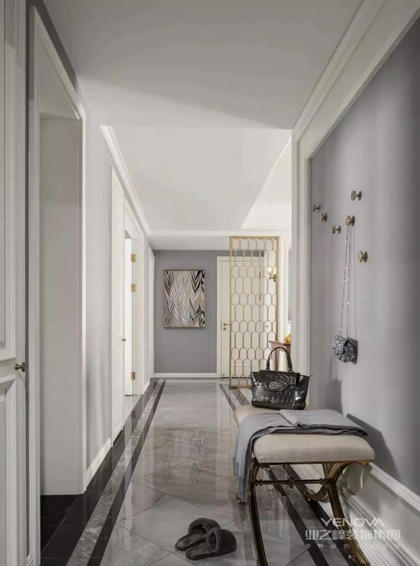 本案是一套面积为140平米的现代轻奢风三居,以灰色、浅咖为主色调,奠定了空间高级优雅的基调。金色是轻奢风必不可少的元素,在这套房子的每个空间都可见,提升了整个居住空间的质感。