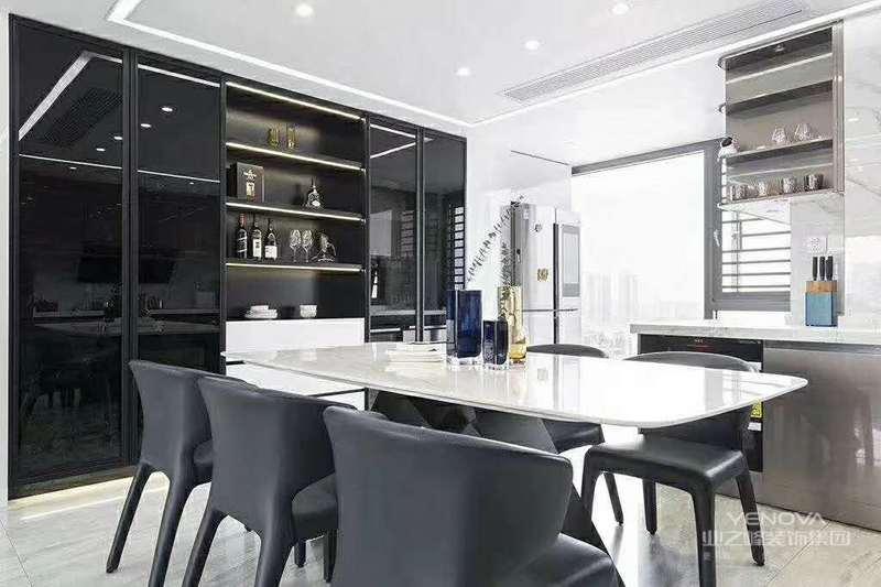 黑白的搭配永远不会过时,白色墙面装饰搭配和黑色家具让空间更加富有层次感,镜面的柜门可以反射光源,让空间变得更加明亮。