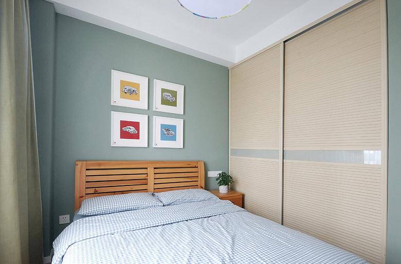 次卧的特色就在淡蓝色的背景墙很是喜欢。