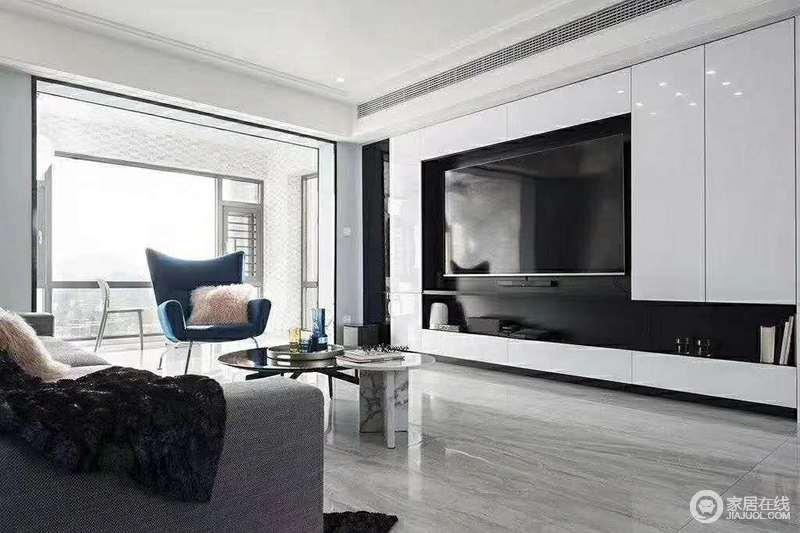 电视镶嵌在电视柜内,一来这样的设计感让空间变得不那么单调,还增加了空间的储物品能力,一举多得。