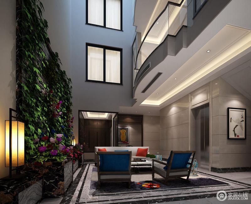 空间建筑结构强烈,设计师利用玻璃和墙漆将现代感体现出来,但是蓝色新中式单椅和白色沙发色彩对比出时尚;设计师特地打造了大理石花台满足主人的喜好,自然之味浓重,一盏中式地灯加重了禅静。