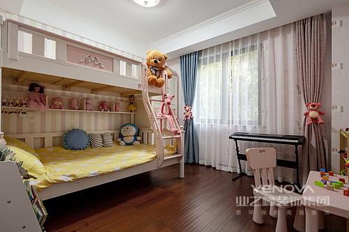 儿童房是粉色的公主房,考虑到孩子以后会长大,将白色支架床作为搭配,营造了一种甜美;动物玩偶增加了童趣,而白色纱幔与蓝色窗帘的清雅,让生活充满了色彩活力。
