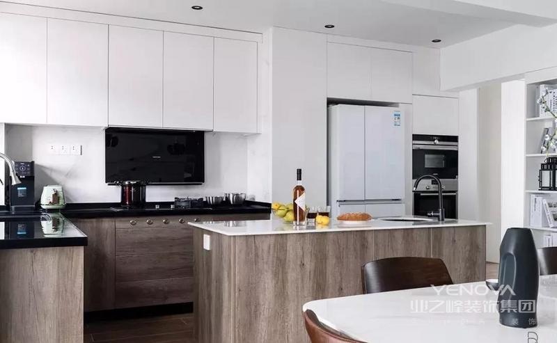 本案是一套面积为140平米的现代简约风住宅,业主是一对年轻的夫妇,对空间的要求的开敞流动,不喜欢拘谨,被束缚。设计师结合屋主需求以流畅动线与开放式场域定义,为屋主量身定制以聚会为题的公共空间。