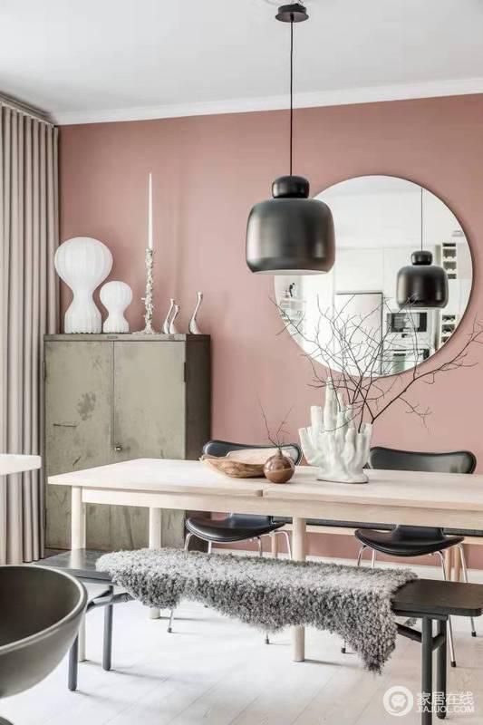 餐桌简单大方,旁白柜子设计空间合理利用,吊灯装饰营造气氛。