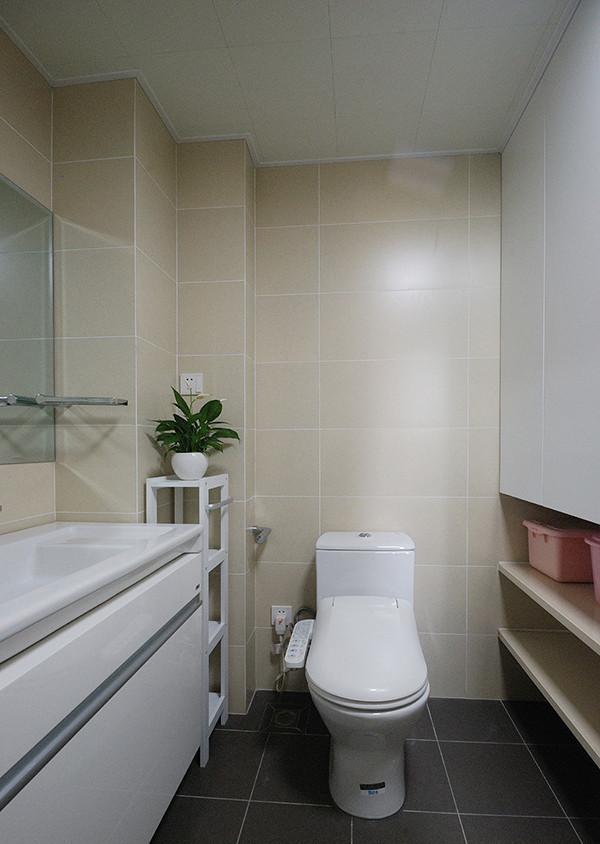 卫生间墙砖用了暖色系。