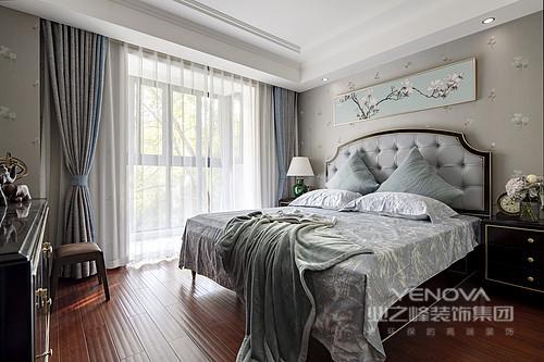 主卧室也是契合了客厅会淡蓝色的主基调,这是一种神秘又舒适的色调,背景墙是业主喜欢的梅花元素,多了一份端庄,纱幔与灰色床品让生活烂漫中尤为温馨。