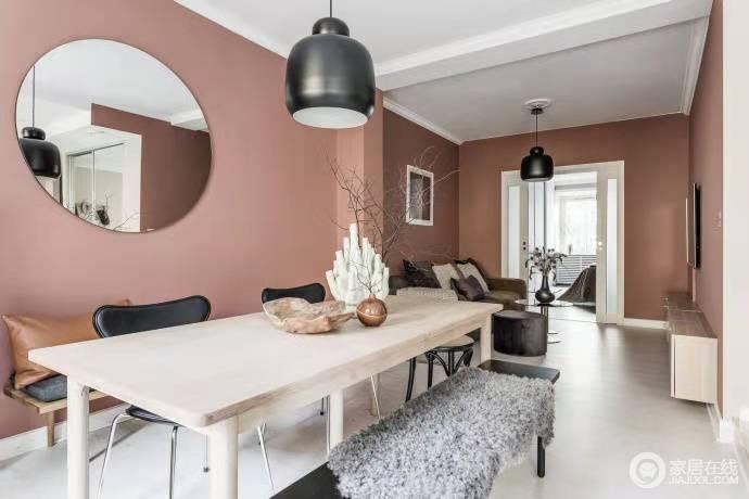 惬意舒适,粉色墙面暖意洋洋,从墙面的色彩到地面利落的设计,整个空间具有着简约的美学;从吊灯和家具的陈列中,足以看到生活的品质。