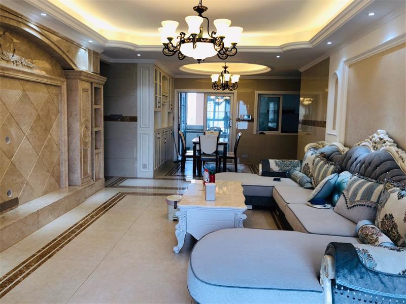 客厅背景墙采用石材搭配装饰,让整个家里显得贵族气息十足