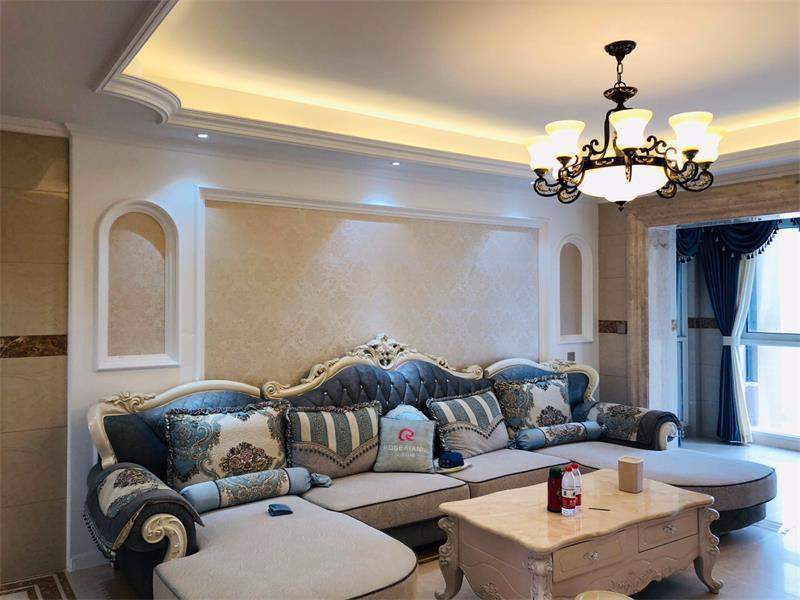 沙发背景墙采用线条框壁纸装饰,有法式浪漫风