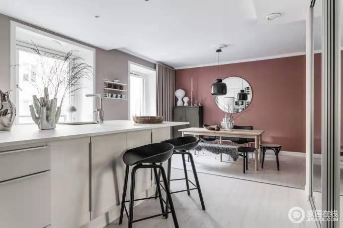 吧台设计让生活方便简洁方便,粉色的漆的墙面因为圆镜的装饰多了方圆的美学;黑白色系的家具与摆饰,搭配原木餐桌,让整个空间多了简约预算时尚。