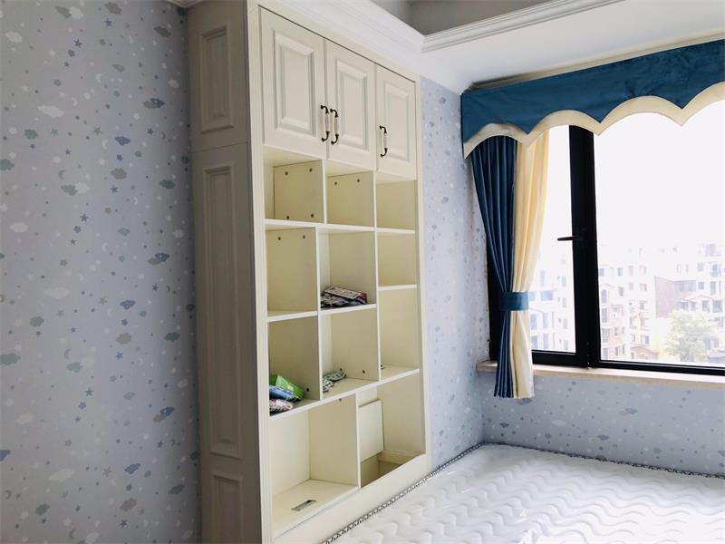 嵌入式的置物柜可以放置孩子的玩具及书籍
