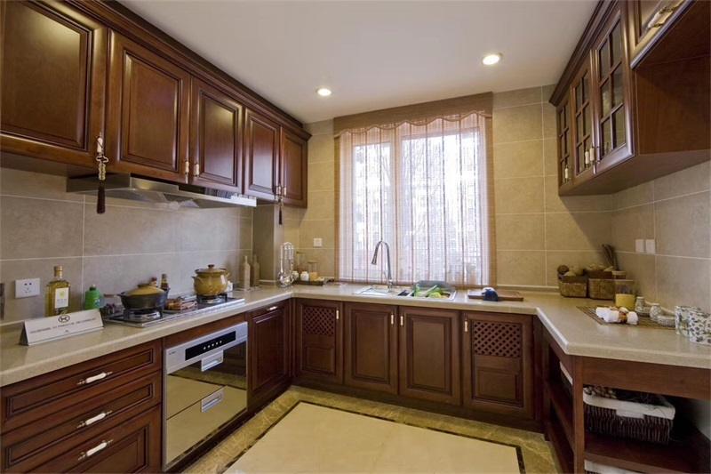 厨房在装修时更应该注意到灯饰的安装,同时橱柜的选择也很重要,定制橱柜时避免橱柜太高或者太矮,造成不便。