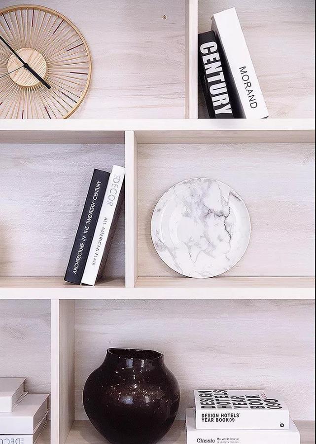 餐桌椅后方设置了展示柜,摆放珍藏的书籍和装饰品,美观又实用。