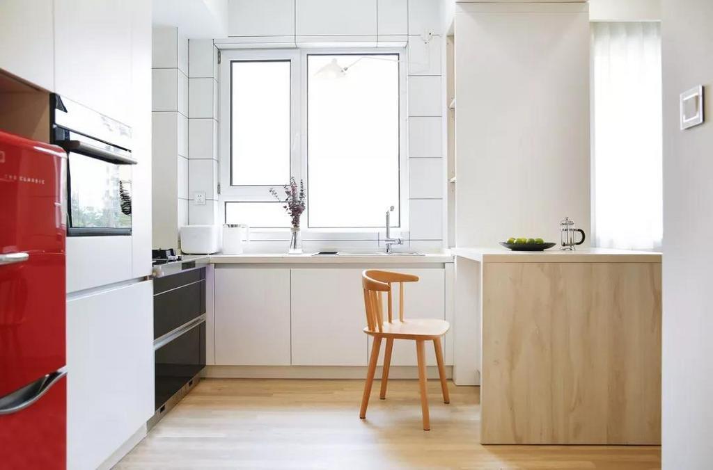整个空间业主最喜欢的设计就是通透的开放式厨房,以白色为主调的空间干净敞亮,U型设计最大程度的利用了空间。