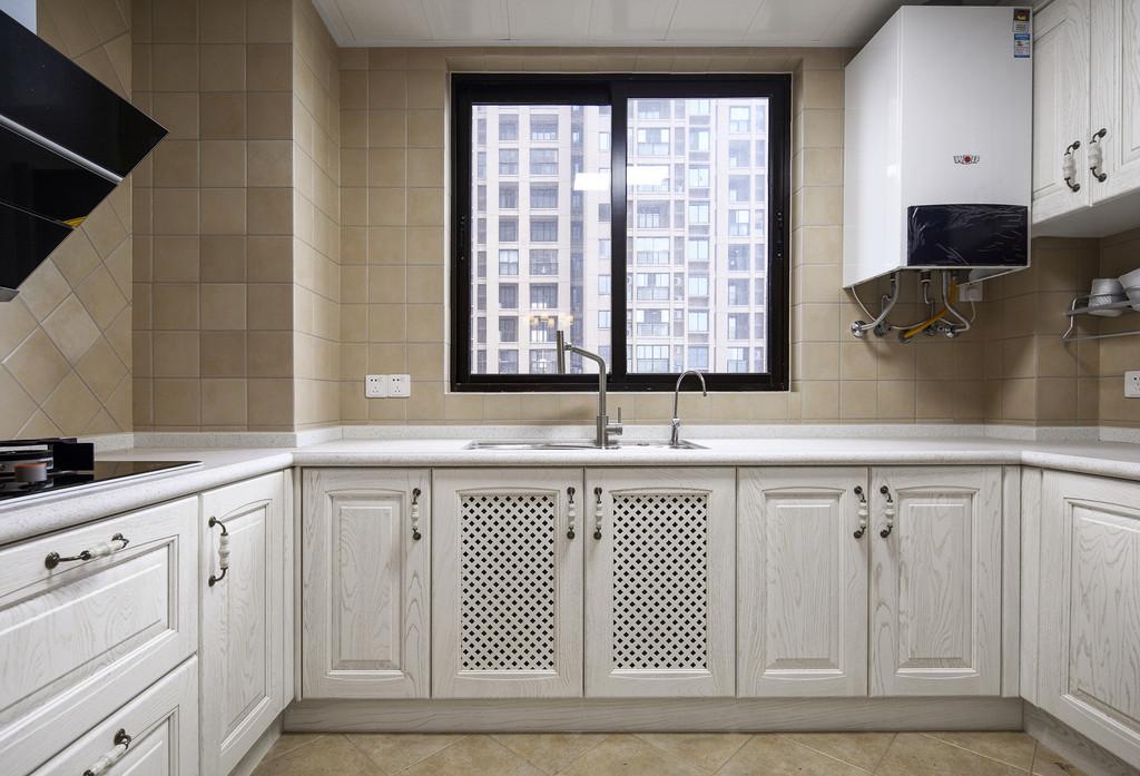 厨房的布置中规中矩,实用性和美观性都得到了保障。
