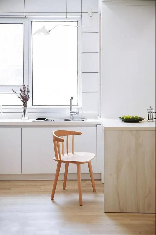 厨房搭建了一个小岛台,安排平时的简餐。还可以一边洗菜一边跟家人聊天,一边煲烫一边拿本闲书翻翻。