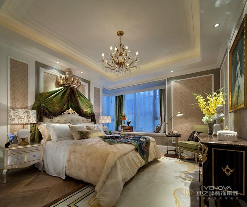 墙纸是新古典主义装饰风格中重要的装饰材料,金银漆、亮粉、金属质感材质的全新引入,为墙纸对空间的装饰提供了更广的发挥空间。新古典装修风格的壁纸具有经典却更简约的图案、复古却又时尚的色彩,既包含了古典风格的文化底蕴也体现了现代流行的时尚元素,是复古与潮流的完美融合。