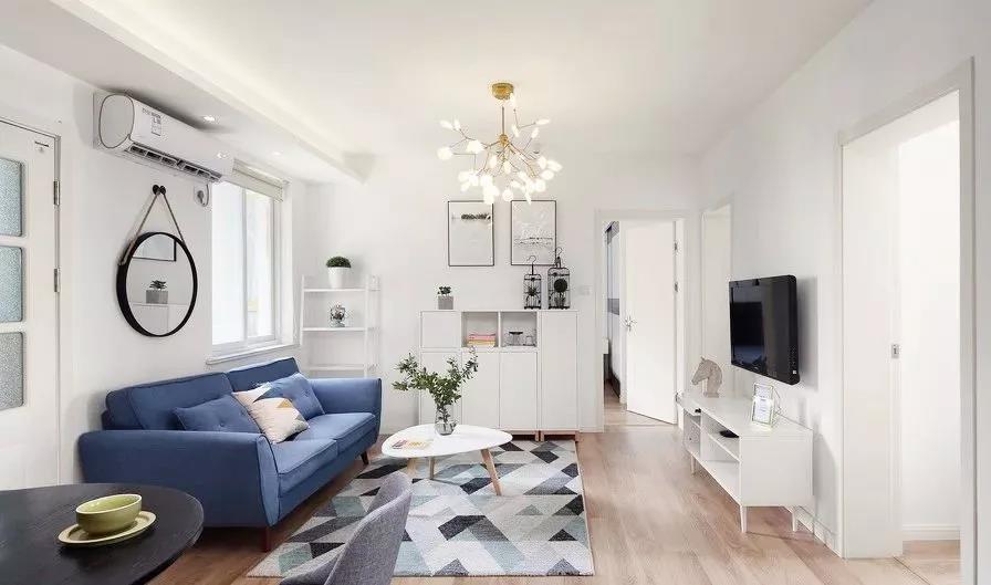 客厅整体以蓝色与白色为主调,营造清新舒适的视觉感受。