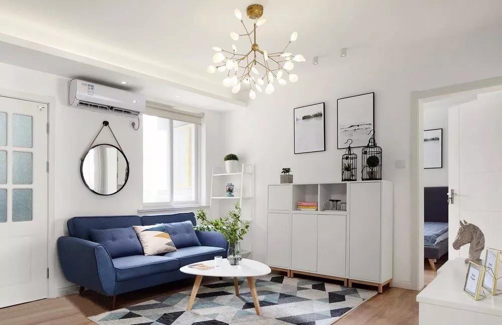 色彩是人们在视觉上最为敏感的,深蓝色沙发在视觉上的舒适度,可以为整个空间的美观度加分。