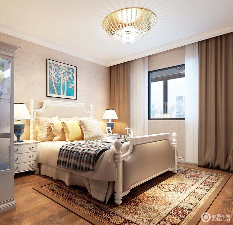 次卧选用了朴质、恬淡的田园元素打造,温馨舒适中充满了自然的气息;矮柱双人床上,床品整体素淡,格纹沉静内敛;地上铺陈的印花地毯,花式繁复馥郁芳香。