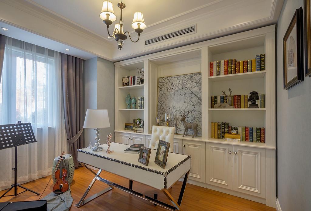 白色的实木书柜和书桌,深色花纹的拼接木地板,在色彩上呼应
