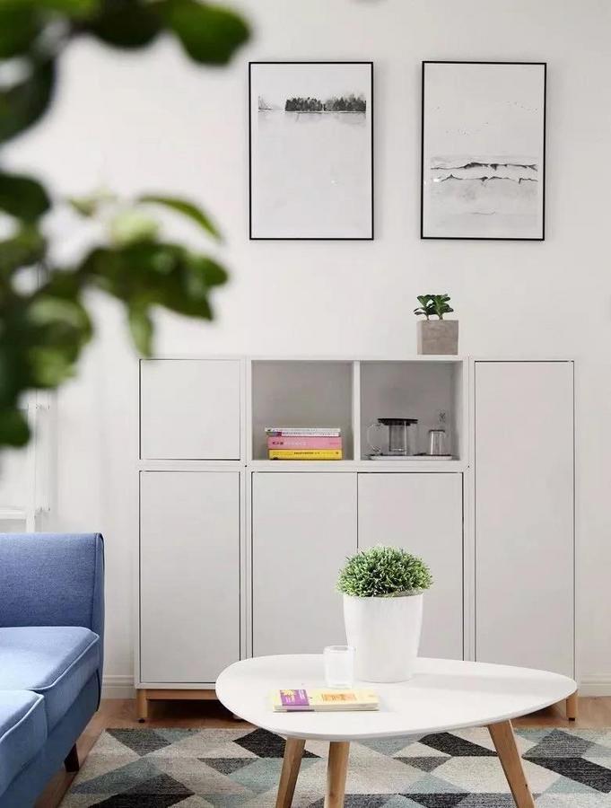 简约的边柜好看又实用,兼具收纳与展示的功能。