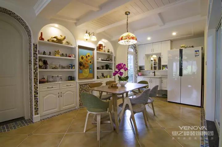 玄关还是算比较长的空间,在门后侧边装上一个入墙式的大鞋柜,复古砖地面四周贴上花砖边线,在米黄色+暖色灯具的空间基调下,呈现出一个温习舒适的氛围;