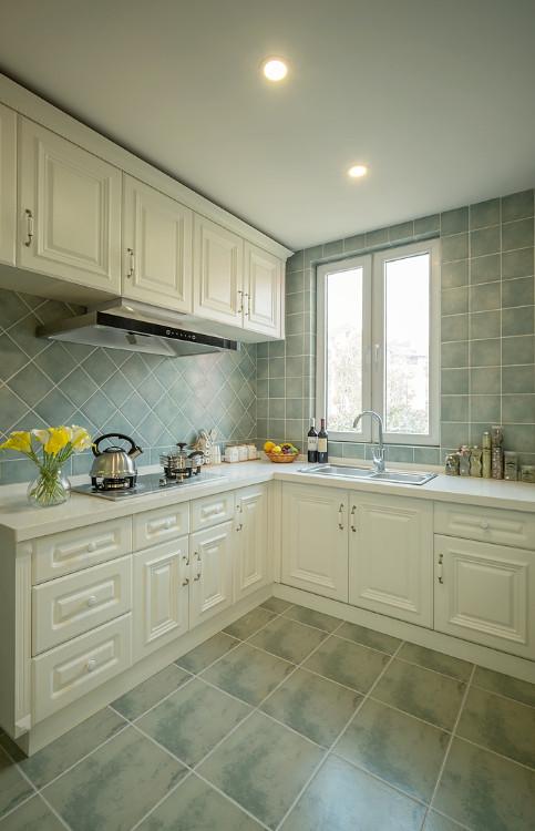 墙砖和橱柜颜色的整体搭配协调,方便打理,勾画美式风格