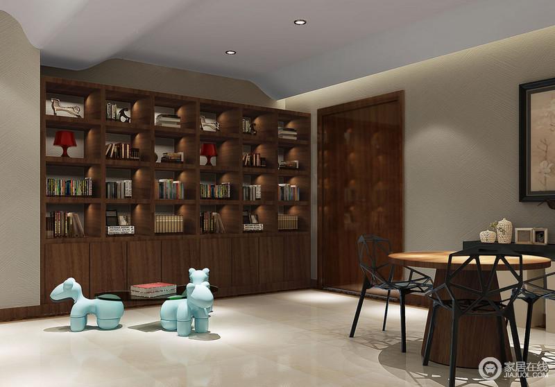 书房开放式空间带来一种生活上的自在,利用吊顶将建筑艺术表现出了立体感;实木书柜的几何储物功能调和出简约与实用,动物形玻璃茶几让空间多了憨态,跳动着文艺和童趣;实木圆桌因为金属镂空椅子多了简约时尚,与白色边柜和饰品营造出雅调,更为惬意。