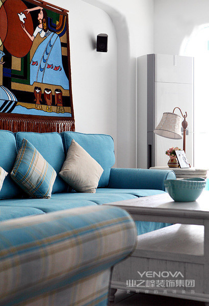 蔚蓝色的浪漫情怀、海天一色、艳阳高照的纯美自然是本案中的灵魂,为了更好的表达这种情怀,在空间主调上运用蓝、白、米黄三大色系,设计元素细节上运用圆形拱门来增强走道延伸感的透视效果。