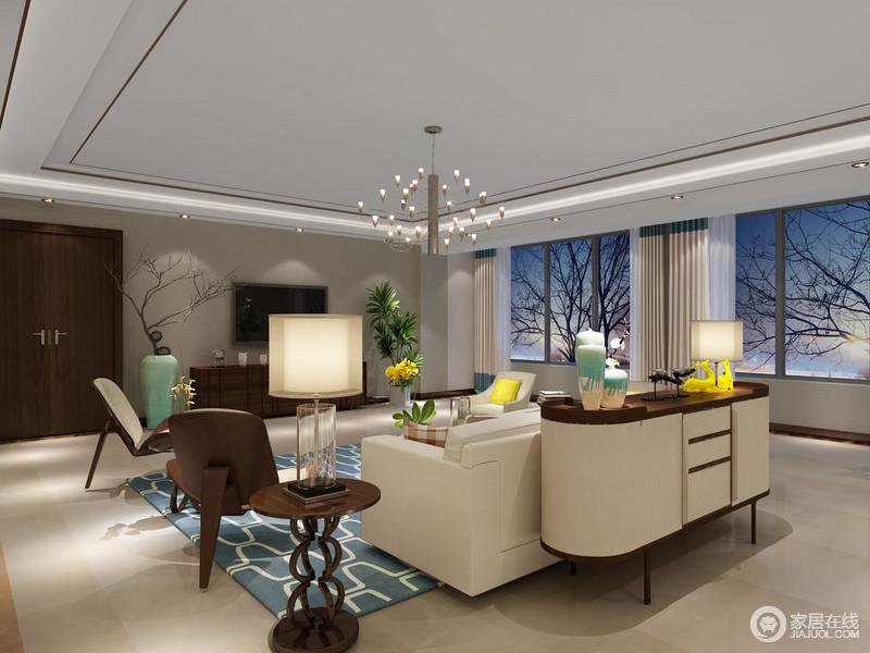 客厅的吊顶以线条简化设计来突出几何时尚,射灯与星光耀眼地吊灯,让整个家温和有度;驼色的墙面与地砖色调一致,在褐色实木家具与米色沙发的调和中,更显温馨;不管是蓝色几何地毯还是绿色花器的清脆,都给生活带来一种雅致。