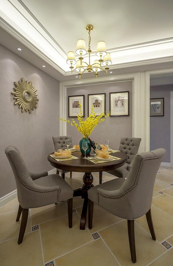 小圆餐桌布局显得很亲切,实木家具材质搭配复古灰,展现美式古典的气质