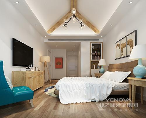 卧室里木色温和带着自然灵动,运用在家具上和弧形凹槽天花上,带来清新原始之美。床品与几乎无装饰的墙面呼应,一把墨蓝单人椅与台灯色彩,则点缀出几分灵动活泼。