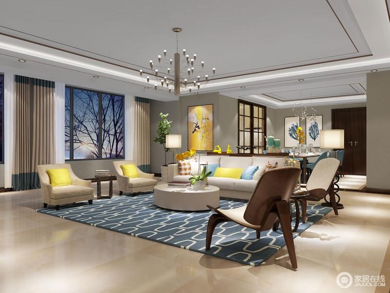 一眼望去便会被客厅明框色的靠垫和油画多吸引,细看之后,才发现客餐厅通过边柜分隔,看似一体式设计,却功能分明;餐厅区通过褐色格栅门与厨房区分,蓝色羽毛的挂画构成文艺生趣,搭配蓝色餐椅,激活了空间的优雅和生韵;餐具的剔透,与讲究地陈列,彰显生活的质感。