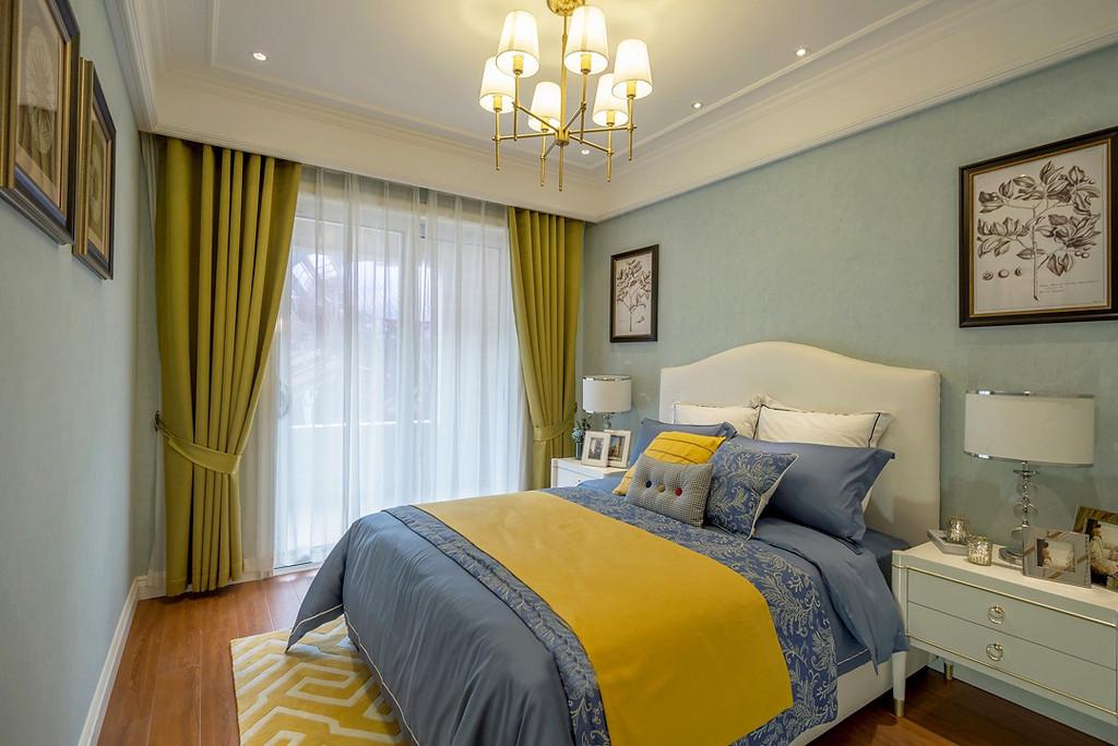 采用暖黄+浅蓝等自然色,加上柔和的家具线条和灯光的装饰,营造浪漫舒适的空间感