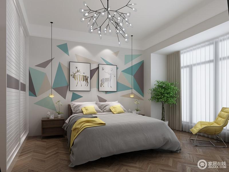 白色调的卧室自带爽朗,白色纱幔透过窗户将光线引入室内,并以布艺的层次和黄色沙发的色彩增彩添和;蓝色几何背景墙打造得十分清灵,新颖的吊灯与实木边柜的稳重,因灰色床品的素雅,更显温馨。