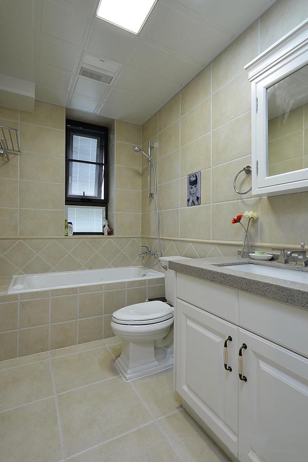 卫生间没什么特别,都是常见的卫浴设备。瓷砖选择了深浅色搭配,底部用深色耐脏,上面用浅色不会显压抑。