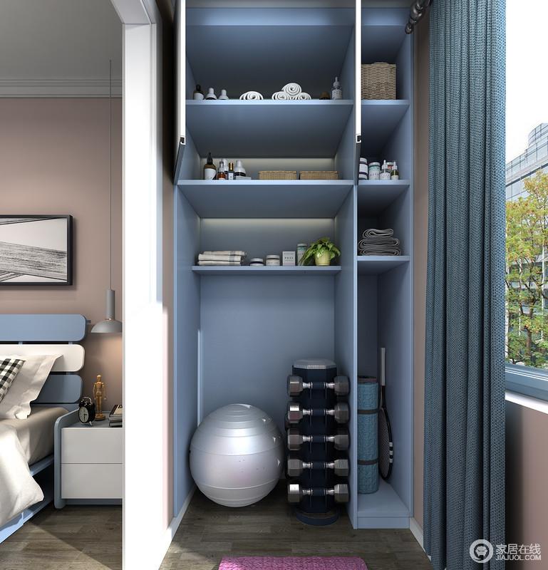 通体的收纳柜,有着足够的收纳空间,上部分带有对开门的柜体可以放很多私密物品,下部分空间可以放置体量更大的瑜伽球和哑铃架子。右侧开放格可以放置随手拿取的瑜伽垫、毛巾等健身物品。