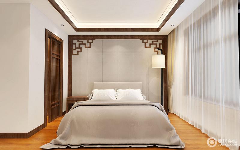 卧室线条简单、规整有序,白色吊顶与白色窗帘搭配中式木雕背景墙的沉稳和东方异趣,衬托出新中式的端庄;原木推拉门的衣帽间实用而格调深沉,与原木地板搭配米色窗帘,缓和了灰色几何条纹背景墙与床品的素淡,渲染温馨雅致。